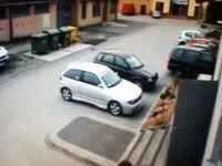 どうしてこうなったw駐車しようとした車が暴走。これが有名な踏み間違いか
