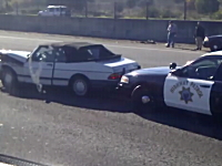 ポリスかっけえ。事故って道路を塞いでいる車を素早く片付ける方法。アメリカ