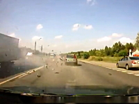 走り屋かイケイケか。ロシア車が対向のトラックとオフセット衝突して木端微塵
