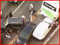 間違われて銃口を向けられる一般人カワイソス(´・д・`)なカーチェイスの映像