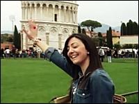 ピサの斜塔で定番のあのポーズをして写真を撮ろうとする観光客にイタズラ