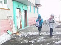つられ笑い動画。頭巾を被った少女がフロントガラスにゴツン!でギャハハハ