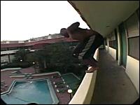 あぶねえええええええ!(@_@;)これは怖すぎ笑えないプールジャンプ動画