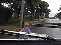 無責任な母親。横断待ちで子供を道路に飛び出させてしまう⇒ドーン!車載
