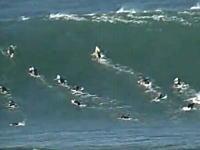 あまりにも大きすぎる波に挑んだサーファーが波に飲まれて昏睡状態に・・・。