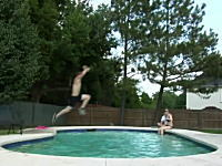これはマンモス痛い(@_@;)プールを飛び越えようとした少年がああああ