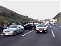 どんな極悪人だ?東名高速ですごい数のパト&覆面に囲まれている車。逮捕