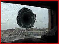 オゥ!シット!これは怖い!防弾ガラスに救われた映像。びっくり注意。