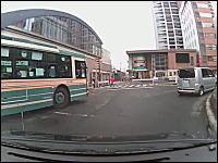 これはどっちが悪い!?バスと乗用車の事故動画。ひばりヶ丘駅ロータリー