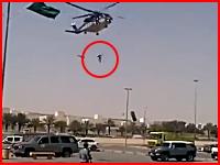 ヘリコプターから作業員が落下し駐車場のアスファルトに叩きつけられて死亡