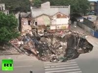 中国。地面が突然陥没して3階建ての建物が飲みこまれてしまう。アイヤー。