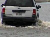 水没した道路に挑む無謀な女性がたまたま撮影していたテレビ局に助けられる