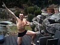 くっそワロタwww気合たっぷりで凍ったプールに飛び込んだ男性がwww