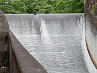 外人流ダムの楽しみ方。排水溝をボディボードで滑り降りる。ダムスライド