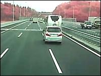 そんなに急いでどこへ行く。高速道路で前のバスを煽るDQNミニバン映像。