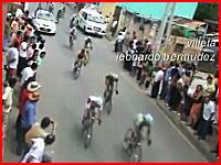 音がヤバイ(@_@;)自転車レースで路上に停止していた車に突っ込む事故
