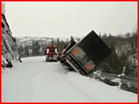 あああ(@_@;)牽引されていたトラックが牽引車もろとも谷底へ転落してしまう