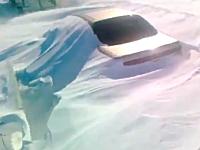 吹雪で高速道路の車が埋まってしまっている映像。車内に取り残された人の姿も・・・。