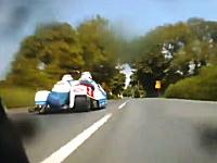 マン島TTレースはサイドカーも熱い!パッセンジャーの体重移動が見もの。