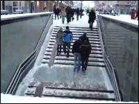 ツルツル動画。誰もがズッコケでしまう地下鉄の階段。これは教えてやれよw