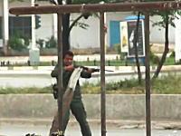 銃を向けられ発砲されても撮り続けるカメラ。非武装のデモに実弾を発射する