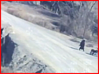 オーバーキル。バイクに近づいた男にヘルファイアミサイルが撃ち込まれる。