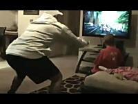 これはアウチ(@_@;)テレビゲームで遊ぶお父さんが幼女をバチコーン!!