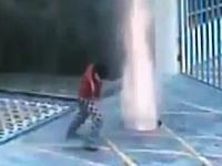 中国でマンホールを爆竹で吹き飛ばす遊びが流行?動画3つこれはヤバいw