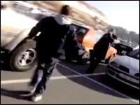 スーパーマーケットの駐車場で買い物客がオオカミに襲われて食料を奪われる