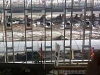 一般の人が撮影した仙台空港が津波に飲み込まれてしまう瞬間の映像。