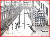 運んでいた足場が高電圧線に触れ4人が感電してしまう事故の映像。中国。