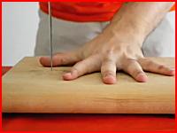 切れ味の鋭いナイフで指間トントン失敗でグサリと刺さってしまう衝撃映像。
