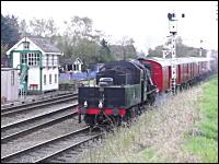 撮り鉄が珍しい映像をキャッチ。蒸気機関車の発車にカメラを回していたら・・・。