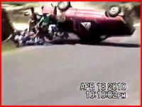 荷台にたくさんの人を乗せたピックアップトラックが横転して大惨事に