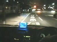 間一髪ギリギリ動画。深夜の道路で突然女性が飛び出してきた!あぶない!