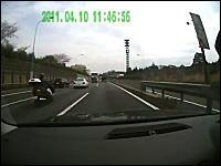 首都高で危険回避事故。ゼブラゾーンから出てきた車を回避したら後ろからドン