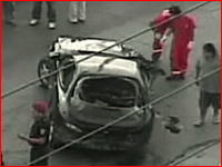 事故った車から二人の乗員が投げ出される瞬間 スピード出しすぎ怖い(@_@;)