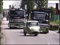 昭和のトラック愛好家たちがトラックでスラローム走行。もしかして自家用?w