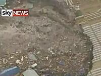 うわああ!日本の映像だとは思えない津波の動画。みんな逃げて逃げて!