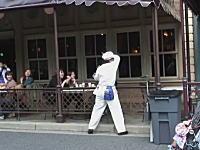 ディズニーの掃除のお兄さんが凄すぎ神動画。これは生で見てみたいwww