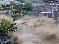 荒れ狂う川。パキスタンで過去80年間で最悪の洪水 悲惨な現場の映像
