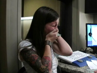 聴覚障害で29年間無音の世界で生きてきた女性が初めて自分の声を聞く。