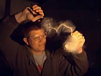 ガラスの水滴で作られたオブジェに少しの衝撃を与えると爆発する。実験。