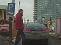 ちょっと笑った一瞬動画。車用ゲートの罠に引っかかってしまったお兄さん。