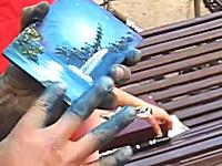 指を使って美しい風景画を3分間で描き上げる路上アーティストが凄いと話題に。