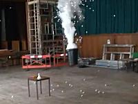 液体窒素をペットボトルに入れて密閉すると大変な事になります危ないよ実験