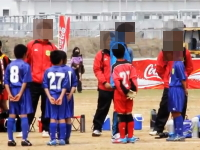 少年サッカーで監督らしき人物が少年たちに体罰を与えている映像がアップ