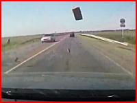 旅行へ向かう家族の命を奪ったたった一つのレンガ。ドラレコ衝撃映像。