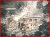 戦争動画。敵が隠れている小屋に上空から恐ろしい数の弾丸が打ち込まれる