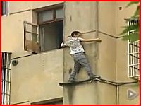 薬物中毒者の異常行動。子供を抱えて窓から身を乗り出していた男がダイブ